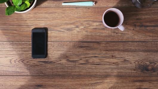 Ganz egal ob während der Arbeit, beim Lernen oder beim Kaffee-trinken mit Freunden: Das Smartphone auf dem Tisch beeinträchtigt unsere kognitive Leistungsfähigkeit. (Symbolfoto)