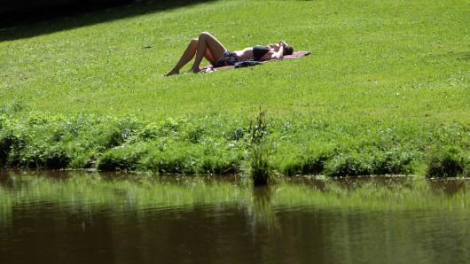 Eine 81-Jährige durfte sich nicht im Bikini sonnen - in ihrem eigenen Garten! (Symbolbild)
