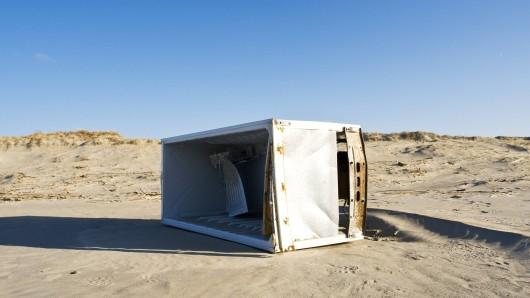 Ein Mann in Spanien dachte, es wäre eine gute Idee einen Kühlschrank einen Abhang hinunter zu werfen und sich dabei filmen zu lassen. (Symbolfoto)