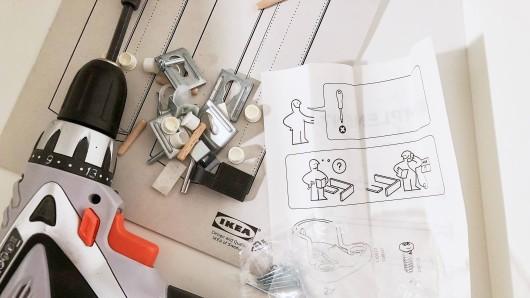 Völlig verzweifelt: Eine Ikea-Kundin ist völlig verzweifelt, als sie ihre Küche fast ganz aufgebaut hat.