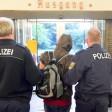 ARCHIV - Beamte der Bundespolizei bringen am 06.08.2015 auf dem Bahnhof in Flensburg (Schleswig-Holstein) einen Reisenden ohne Ausweispapiere zu ihrem Fahrzeug. Das Thema Abschiebung von Flüchtlingen steht am 22.02.2017 auf der Tagesordnung des Landtagssitzung in Kiel. Foto: Carsten Rehder/dpa +++(c) dpa - Bildfunk+++