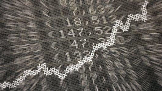 """ARCHIV - ILLUSTRATION - Die große Anzeige in der Börse in Frankfurt am Main (Hessen) zeigt am 15.01.2014 die Dax-Kurve und verschiedene Börsenkurse (Aufnahme mit Doppelbelichtung). (zu dpa """"Privates Geldvermögen 2016 auf Rekordniveau"""" vom 13.04.2017) Foto: Daniel Reinhardt/dpa +++(c) dpa - Bildfunk+++"""