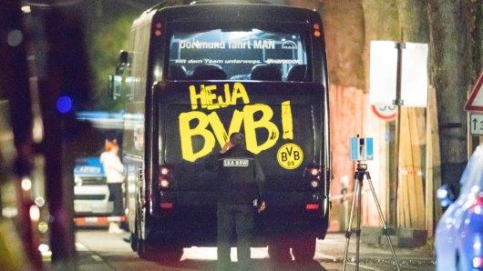 """ARCHIV- Ein Beamter des Landeskriminalamtes (LKA) untersucht am 12.04.2017, in der Nacht nach dem Vorfall, in Dortmund (Nordrhein-Westfalen) den Mannschaftsbus der Fußballmannschaft von Borussia Dortmund, bei dem es drei Explosionen gegeben hatte. Nach dem Sprengstoffanschlag auf den Mannschaftsbus des Fußball-Bundesligisten Borussia Dortmund hat die Polizei nach Medieninformationen einen Tatverdächtigen festgenommen. (zu dpa """"Medien: Festnahme nach Anschlag auf BVB-Mannschaftsbus"""" vom 21.04.2017) Foto: Marcel Kusch/dpa +++(c) dpa - Bildfunk+++"""