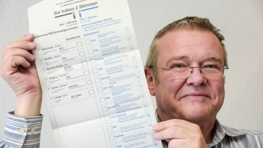 Horst Hillebrand vom Projektteam Wahlen der Stadt Velbert zeigt den Wahlzettel für die Landtagswahl in NRW am 14. Mai.