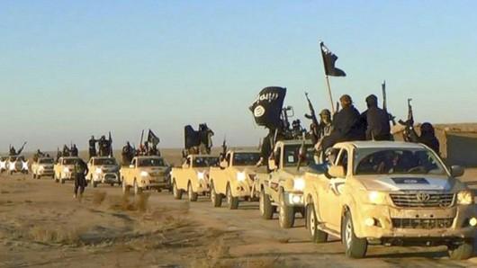 HANDOUT - Das undatierte Foto, das von einer militanten Website über die Nachrichtenagentur APzur Verfügung gestellt wurde, zeigt einen Fahrzeugkonvoi mit Mitgliedern der Terrormiliz Islamischer Staat (IS), auf dem Weg von Al-Rakka (Syrien) in den Irak. In der syrischen IS-Hochburg Al-Rakka gehen die Kämpfe um die letzten Stadtviertel unter Kontrolle der Islamisten weiter. Ein paar verbliebene IS-Kämpfer hätten sich im Innenstadtbereich in der Nähe des Stadions und des nationalen Krankenhauses verschanzt, sagte ein Sprecher der Syrischen Demokratischen Kräfte (SDF) am 16.10.2017. ACHTUNG: Nur zur redaktionellen Verwendung im Zusammenhang mit der aktuellen Berichterstattung und nur bei Nennung: Foto: Uncredited/Militant website/AP/dpa +++(c) dpa - Bildfunk+++