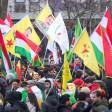 Teilnehmer einer Kurden-Demo gegen die türkische Militäroffensive in Nordsyrien versammeln sich am 27.01.2018 in Köln (Nordrhein-Westfalen) auf dem Ebertplatz und halten kurdische Fahnen hoch. Darunter sind auch einige mit dem Konterfei des inhaftierten PKK-Führers Öcalan. Foto: Marius Becker/dpa +++ dpa-Bildfunk +++