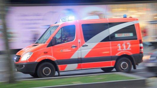 Ein Notarztwagen der Feuerwehr fährt in Berlin im Stadtteil Steglitz am 12.11.2016 mit Blaulicht zu einem Brand. Foto: Wolfram Steinberg/dpa | Verwendung weltweit