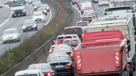 10.04.2018, Nordrhein-Westfalen, Köln: Autos stauen sich auf der Autobahn 57 in beiden Richtungen. Die Pendler in Nordrhein-Westfalen sind nach Beginn des Warnstreiks im öffentlichen Dienst am Dienstag zunächst von einem Verkehrschaos verschont geblieben. Der WDR meldete gegen 8 Uhr landesweit rund 270 Kilometer Stau. Foto: Federico Gambarini/dpa +++ dpa-Bildfunk +++
