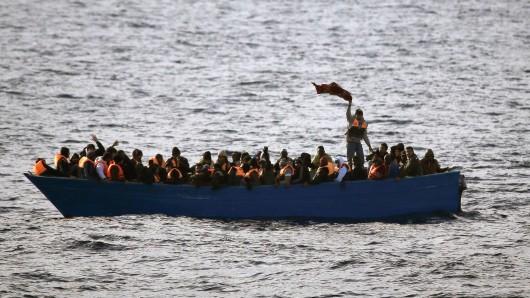 ARCHIV - 03.02.2017, Mittelmeer:Flüchtlinge aus Afrika rufen am 03.02.2017 auf dem Mittelmeer in einem Boot um Hilfe. (zu Österreich und Deutschland wollen Mittelmeer-Route schließen vom 05.07.2018) Foto: Emilio Morenatti/AP/dpa +++ dpa-Bildfunk +++