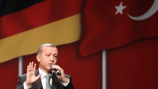 ARCHIV - 24.05.2014, Nordrhein-Westfalen, Köln: Der türkische Ministerpräsident Recep Tayyip Erdogan spricht in der Lanxes-Arena. Der türkische Präsident Recep Tayyip Erdogan kommt im Rahmen seines anstehenden Staatsbesuchs in Deutschland auch nach Köln. Sein Besuch in der Domstadt werde am 29. September stattfinden, sagte ein Sprecher der Kölner Polizei am Freitag der Deutschen Presse-Agentur. Foto: Oliver Berg/dpa +++ dpa-Bildfunk +++