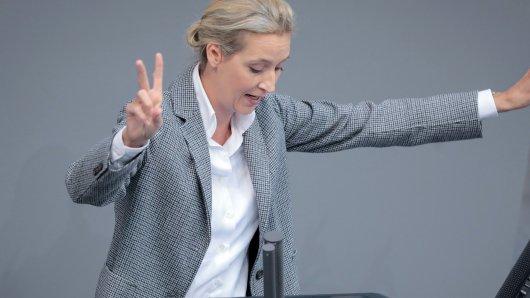 12.09.2018, Berlin: Alice Weidel, Fraktionsvorsitzende der AfD, gestikuliert, während sie bei der Generaldebatte im Deutschen Bundestag spricht. Hauptthema der 48. Sitzung der 19. Legislaturperiode ist der von der Bundesregierung eingebrachte Entwurf des Bundeshaushaltsplans 2019 und der Finanzplan des Bundes 2018 bis 2022 mit der Generaldebatte zum Etat des Bundeskanzleramts. Foto: Kay Nietfeld/dpa +++ dpa-Bildfunk +++