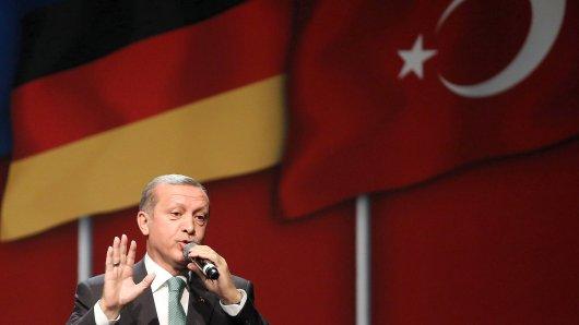 ARCHIV - 24.05.2014, Nordrhein-Westfalen, Köln: Der türkische Ministerpräsident Recep Tayyip Erdogan spricht in der Lanxes-Arena. Der türkische Präsident Recep Tayyip Erdogan kommt im Rahmen seines anstehenden Staatsbesuchs in Deutschland auch nach Köln. Am Samstag finden Protestaktionen kurdischer Veranstalter gegen den Deutschland-Besuch statt. Foto: Oliver Berg/dpa +++ dpa-Bildfunk +++