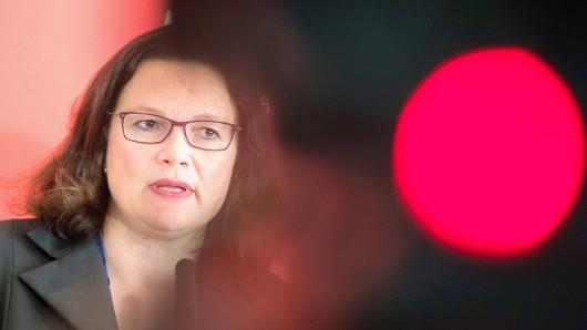 25.09.2018, Berlin: Andrea Nahles, Vorsitzende der SPD, äußert sich vor der Sitzung der SPD-Bundestagsfraktion im Deutschen Bundestag. Foto: Bernd von Jutrczenka/dpa +++ dpa-Bildfunk +++