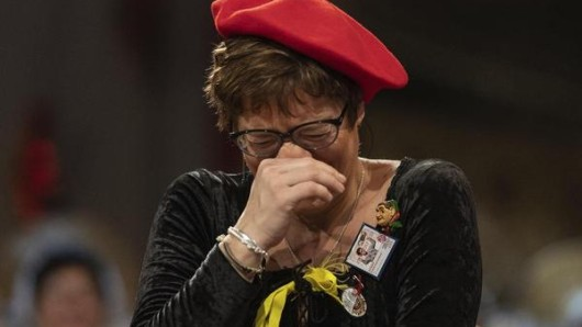 Die Bundesvorsitzende der CDU, Annegret Kramp-Karrenbauer, steht vor dem Stockauer Narrengericht beim Karneval 2019.