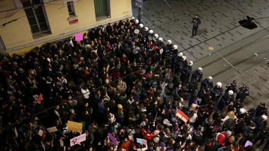 Die türkische Polizei blockiert Demonstranten, die einen Marsch zum Internationalen Frauentag durchführen wollen.
