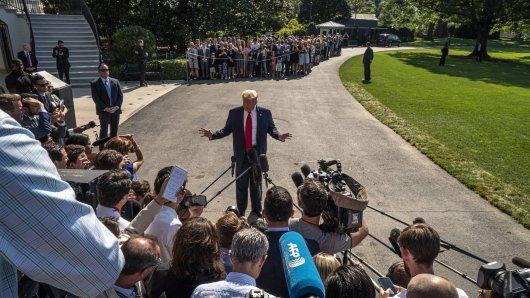 Donald Trump gibt eine Presse-Konferenz vor dem Weißen Haus.