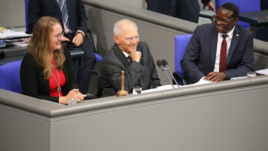 Karamba Diaby neben Bundestagspräsident Wolfgang Schäuble (CDU). (Archivfoto)