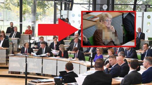 Gudrun Petzold (AfD) sorgte bei einer Gedenkveranstaltung für Opfer des Nationalsozialismus mit ihrem Halsschmuck für Irritation.