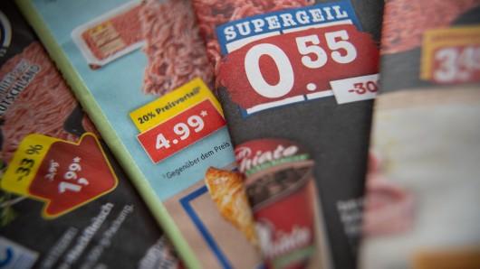 Sind die Lebensmittelpreise in Deutschland zu niedrig? Darüber spricht Kanzlerin Merkel mit den Chefs von Aldi, Lidl, Rewe und Edeka.