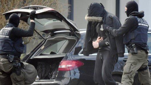 Ein mutmaßlich rechter Terrorist wird am Samstag von Polizisten in den Bundesgerichtshof in Karlsruhe gebracht.