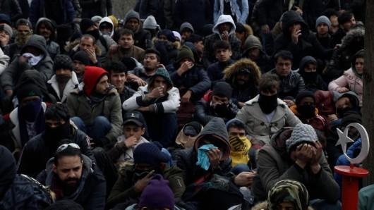 Tausende Flüchtlinge harren an der türkisch-griechischen Grenze aus, um in die EU zu gelangen.