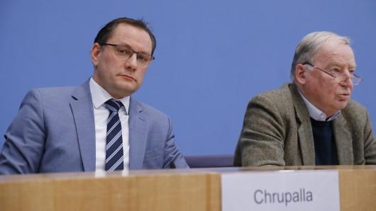 Der AfD-Bundessprecher Tino Chrupalla neben dem Ehrenvorsitzenden Alexander Gauland. (Archivbild)
