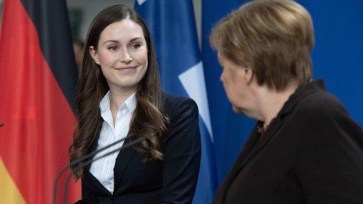 Sanna Marin auf einer Pressekonferenz mit Bundeskanzlerin Angela Merkel.