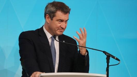 Ministerpräsident Markus Söder vergibt einen Corona-Bonus an Lehrkräfte.