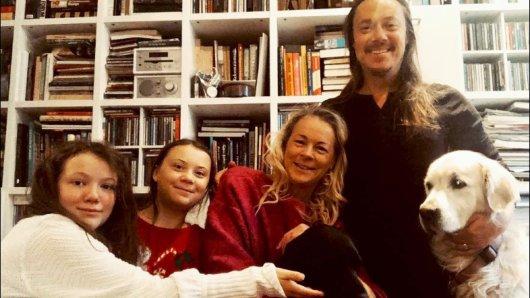 Greta Thunbergs Familie: Ihre Schwester Beata Ernman, ihre Eltern Malena Ernman und Svante Thunberg, und die Familienhunde.