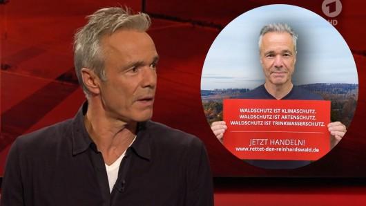 """""""Hart aber fair"""" (ARD: Hannes Jaenicke wird bei """"Hart aber fair"""" mit diesem Protest-Bild konfrontiert."""
