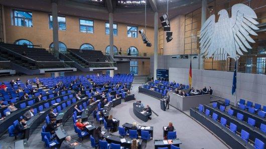 Bundestag: Claudia Roth (B90/ Die Grünen) und Thomas Seitz (AFD) streiten um Maskenpflicht. (Symbolbild)