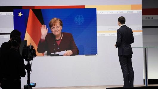 Angela Merkel auf der Video-Leinwand beim CDU-Parteitag. Sie hielt ihre Rede aus dem Bundeskanzleramt.