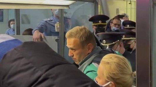 Das Videostandbild zeigt den russischen Oppositionsführer Alexej Nawalny (M), der neben seiner Ehefrau Julia steht, während er von der Polizei bei der Passkontrolle nach der Ankunft am Flughafen Scheremetjewo festgehalten wird. Der Kremlgegner Nawalny ist nach seiner Landung in Moskau noch am Flughafen festgenommen worden.