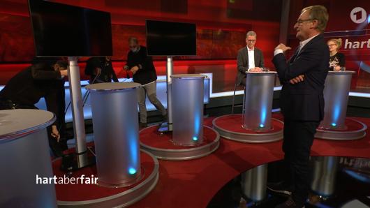 """Chaotische Minuten bei """"Hart aber fair"""" für Moderator Frank Plasberg."""