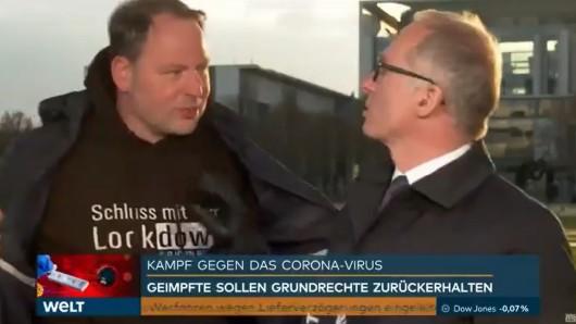 """Ein """"Querdenker"""" stört TV-Reporter Michael Wüllenweber von """"Welt"""" massiv."""