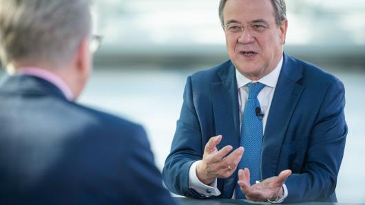CDU-Kanzlerkandidat Armin Laschet (r.) im Sommerinterview mit Theo Koll, Leiter des ZDF-Hauptstadtstudios Berlin