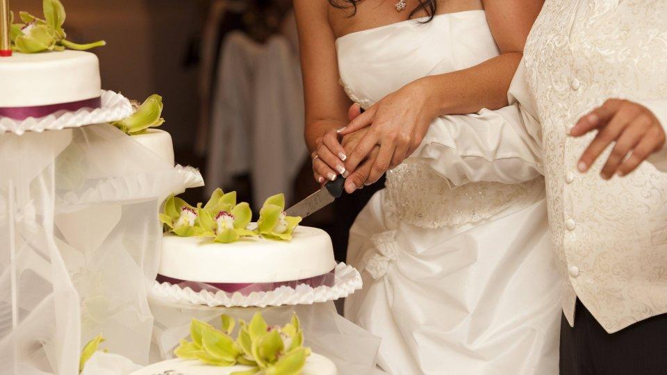 Hochzeit Paar Will Torte Anschneiden Dann Kommt S Zum