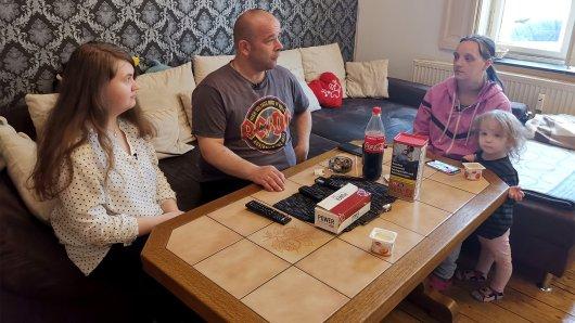 Die Familie aus Unna am Wohnzimmertisch. Hier spielt sich ihr Leben hauptsächlich ab.