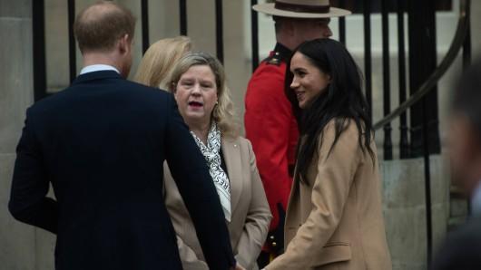 Herzogin Meghan und Prinz Harry am Sonntag beim Besuch des Kanada-Hauses in London. Prompt haben sich beide ein Fauxpas erlaubt.