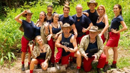 """Frisch und munter: Die zwölf """"Dschungelcamp""""-Kandidaten beim Einzug ins Camp"""