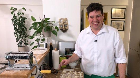 Das perfekte Dinner: Simon holt sich Hilfe beim Kochen.