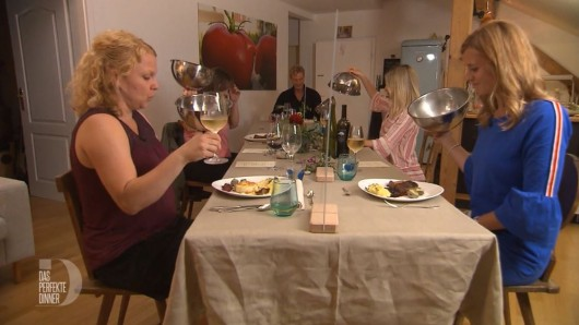 Das perfekte Dinner: Hier sitzen noch alle Kandidaten brav zusammen am Tisch.
