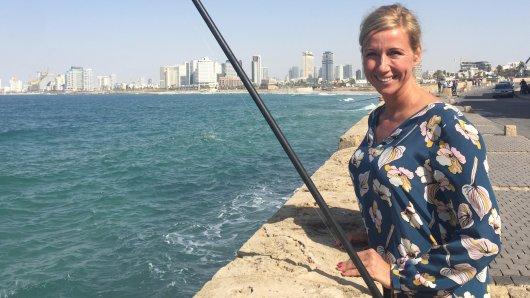 Andrea Kiewel  an der Hafenpromenade in Jaffa. Kiewel ist verliebt in Tel Aviv - und in einen Mann aus Israel!