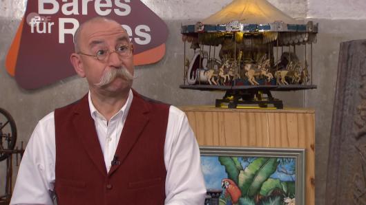 """""""Bares für Rares"""": Als Moderator Horst Lichter den Namen eines Kandidaten hört, horcht er auf."""