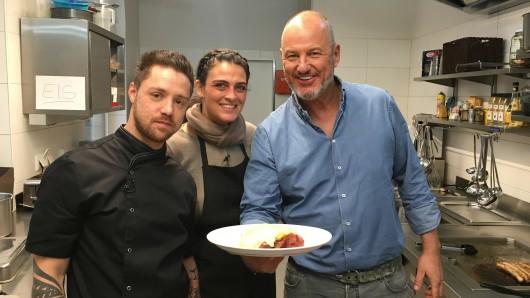 """Um ihr """"Café Zweistein"""" zu retten, bitten Daniel und Karina bei Frank Rosin um Hilfe."""