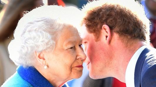 Queen Elizabeth II und Prinz Harry. (Archivbild)