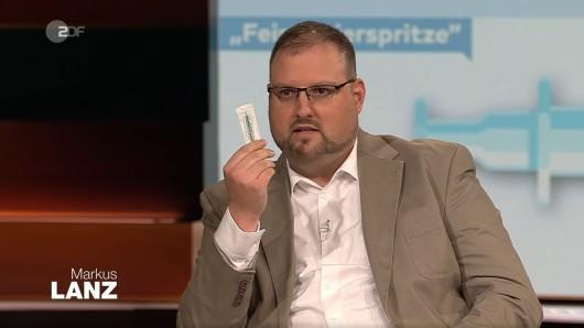 Arzt Dr. Christian Kröner mit einer Feindosierspritze bei Markus Lanz (ZDF).