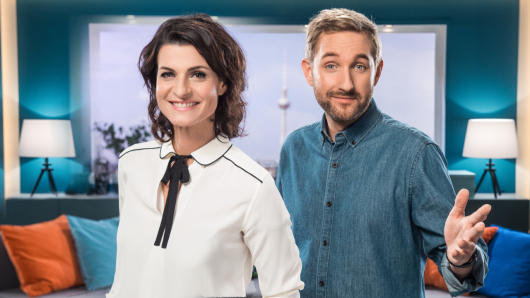 """""""Frühstücksfernsehen""""-Moderatorin Marlene Lufen verpasst ihrem Kollegen Daniel Boschmann eine neue Frisur."""