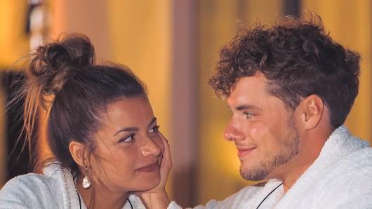 """Nach dem großen Finale fragen sich die """"Bachelorette""""-Fans jetzt: Was ist aus dem Pärchen Maxime und Raphael nach der Übergabe der letzten Rose geworden?"""