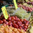 Obst liegt auf einem Marktstand in Bonn mit einem Preisschild versehen.